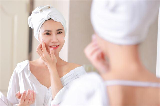 プチプラのオールインワンジェルを顔に塗る女性の画像