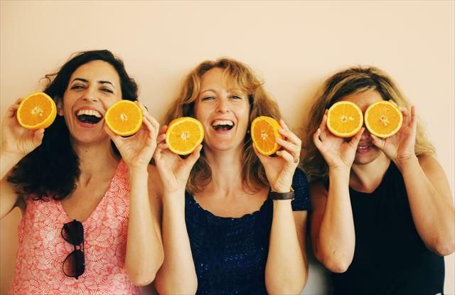 シワを改善して笑顔になる女性たちの画像