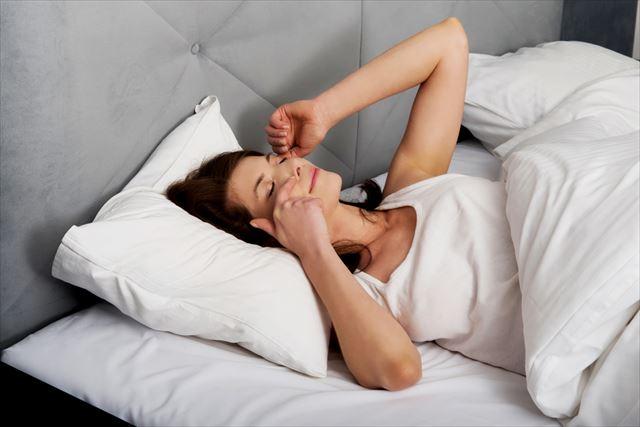 たっぷりの睡眠から目覚める女性の画像