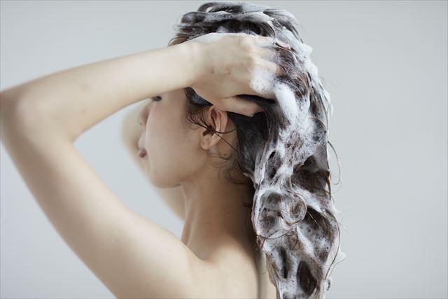 ZACCスカルプシャンプーで髪を洗う女性の画像1