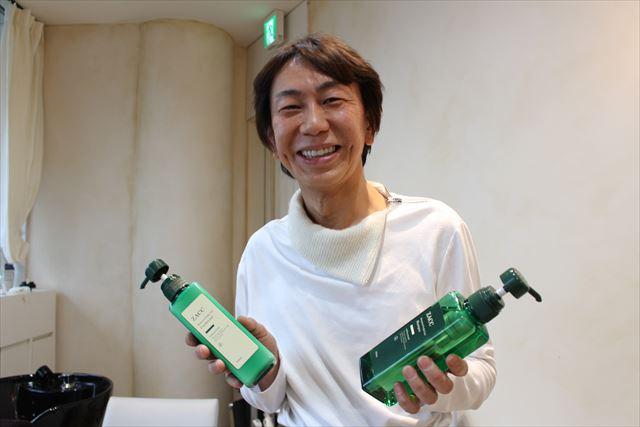 表参道ZACC代表・シャンプー開発者高橋和義さんがスカルプを持った画像