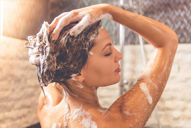 トレンドのシャンプーを試す女性の洗髪画像