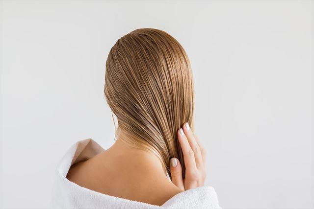 美髪のロングヘア女性の画像