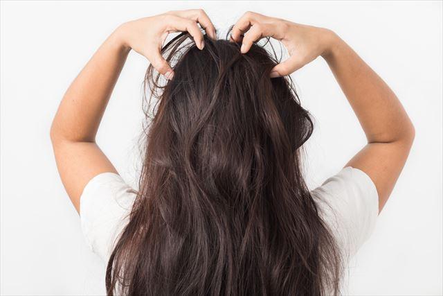 頭皮のかゆみに悩む女性の髪の画像