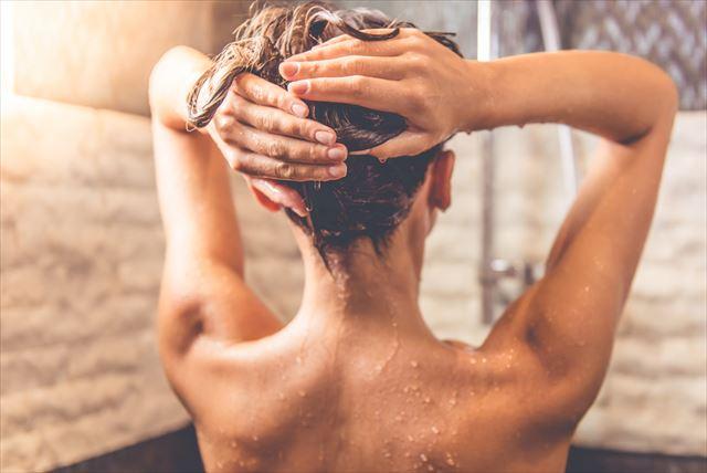 炭酸シャンプーを使う女性の画像
