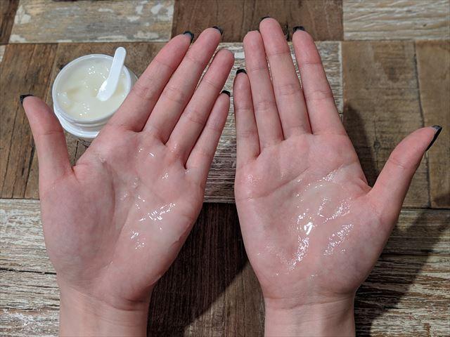 ローヤルゼリーもっちりジェルホワイトを手のひらで温める画像
