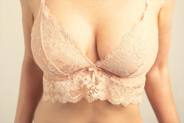 ジャストサイズのブラジャーをつけた胸元の画像