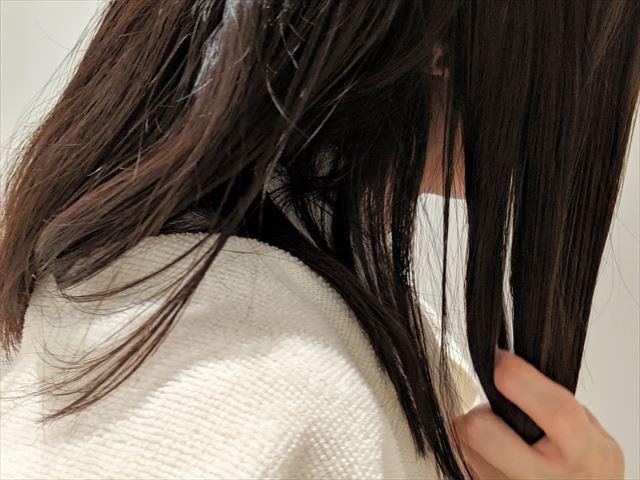 ラサーナプレミオールのヘアエッセンスを髪に塗っている画像