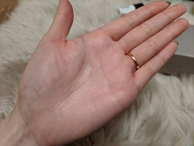 ザトゥルーアクアクリームを塗ったあとの手の画像