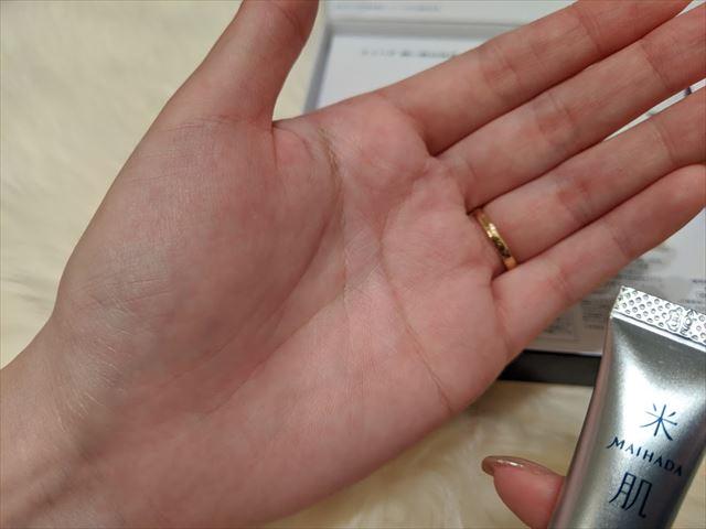 美白エッセンスを使用後の手の平画像2
