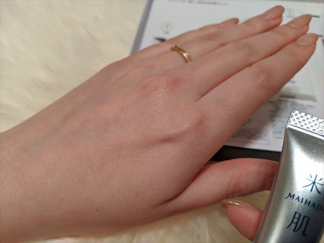 美白エッセンスを使用した後の手の甲の画像