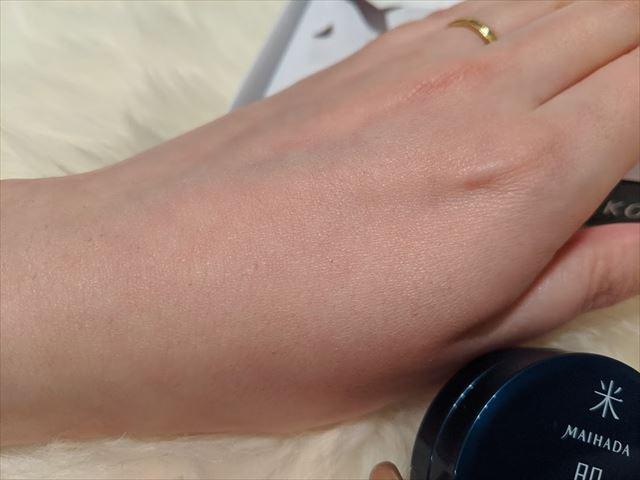 クリームを塗った手の甲の画像1
