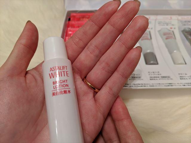 美白化粧水ブライトローションを手に持った画像