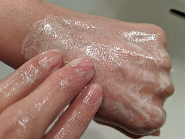 ピュアリクレイで手を洗う画像