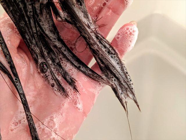 髪に付いたシャンプーの画像