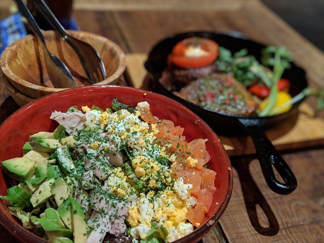 サラダとお肉の画像