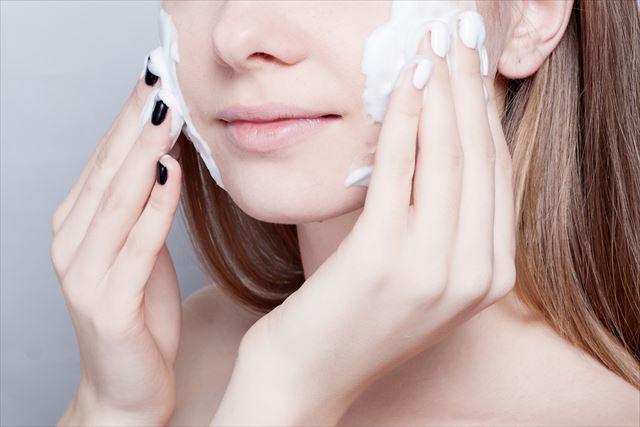 泡で洗顔する女性の画像