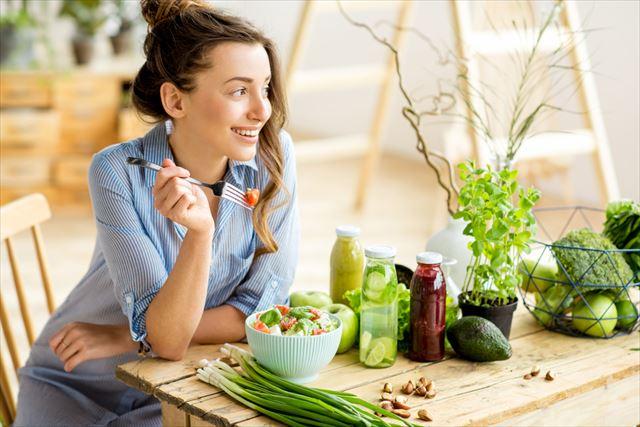 健康的な食事を摂る女性の画像