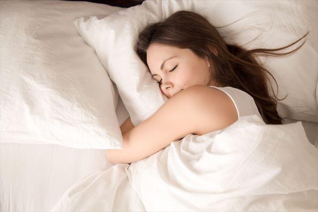 熟睡する女性の画像