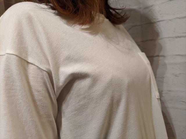 ナイトブラの上にTシャツを着た画像