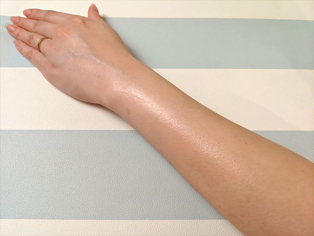 ジェルを塗った二の腕の画像