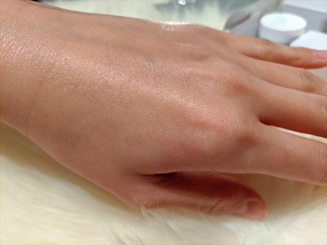 化粧水を塗った後の手の質感