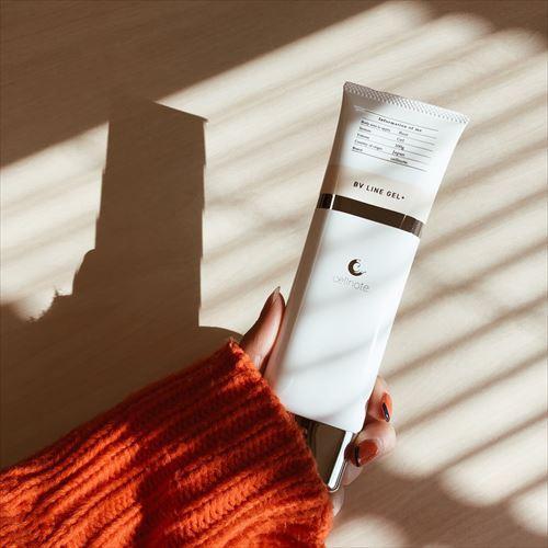 セルノートクリームを手に持った女性の画像
