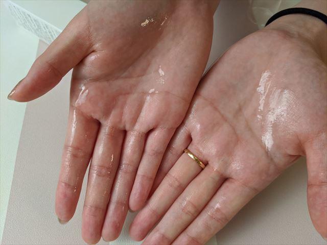 セルノートクリームジェルを両手に塗った画像