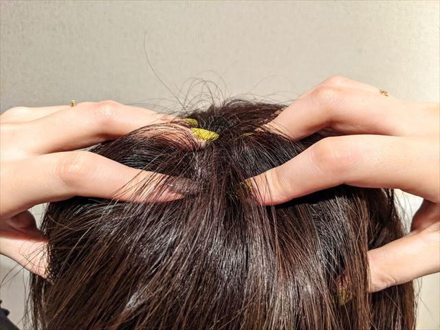 HIK(ヒク)の美容液で頭皮マッサージする画像2